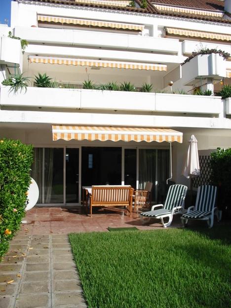 Bajo con terraza y jardín.