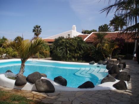 propiedad de ensueo con jardines tropicales piscina y vistas al mar
