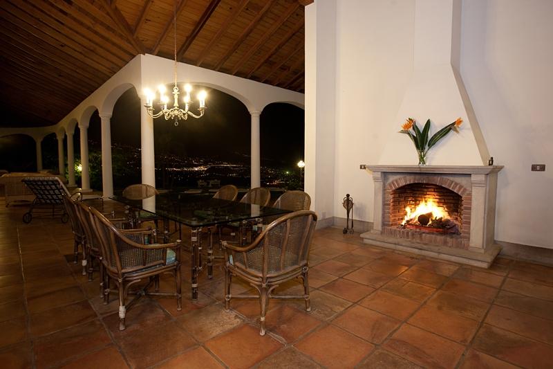 Esta lujosa villa es excepcional en Tenerife. Situada en la zona más codiciada de la hermosa costa n