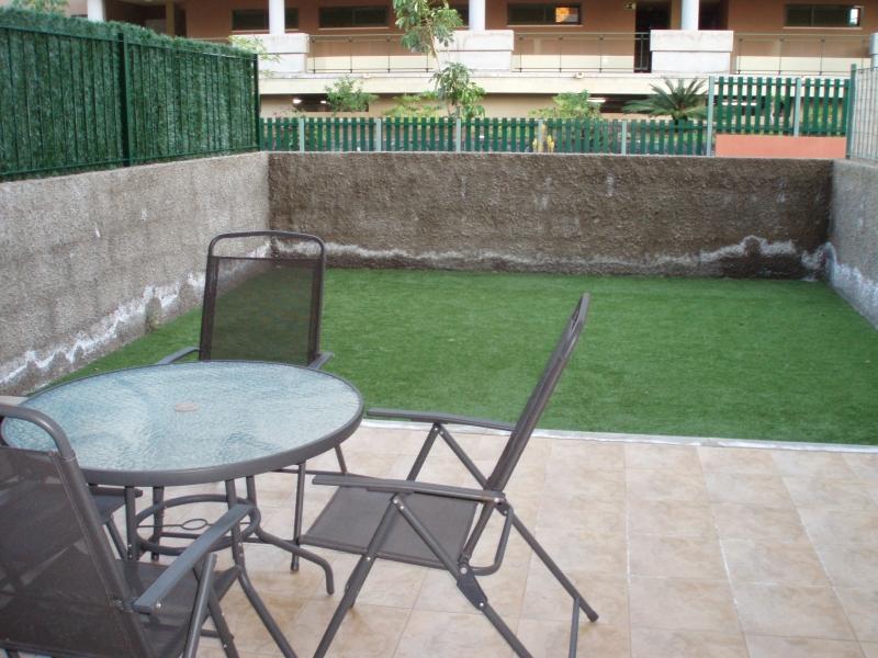 Parterrewohnung wie neu mit Terrasse & 2 Pools.