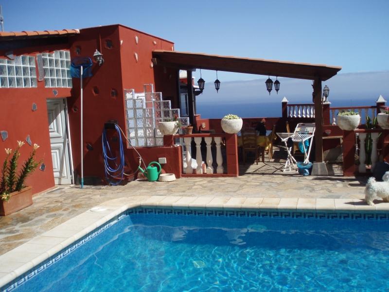 Chalet en el sol con piscina.