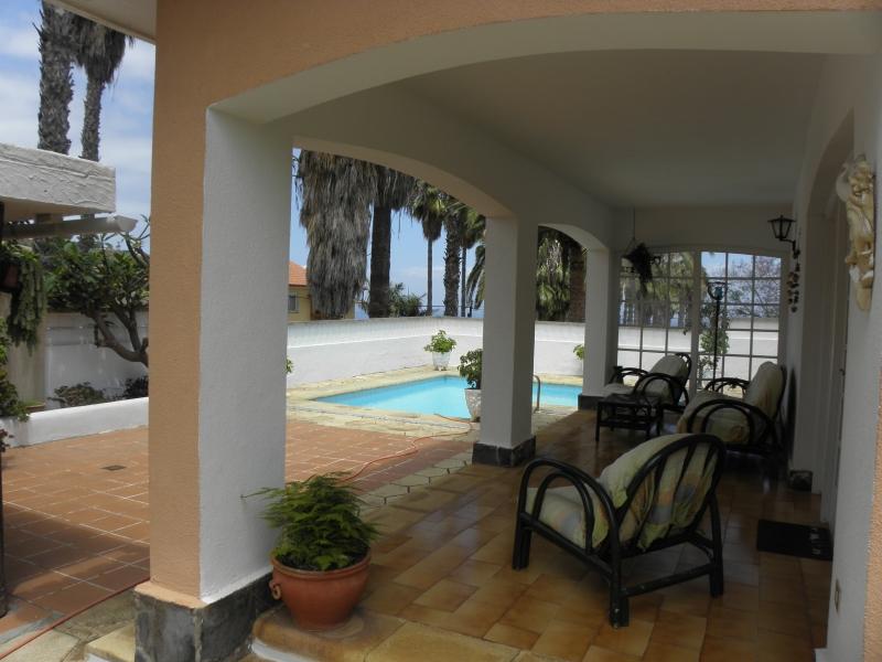 Chalet con vistas al mar, piscina y jardín.