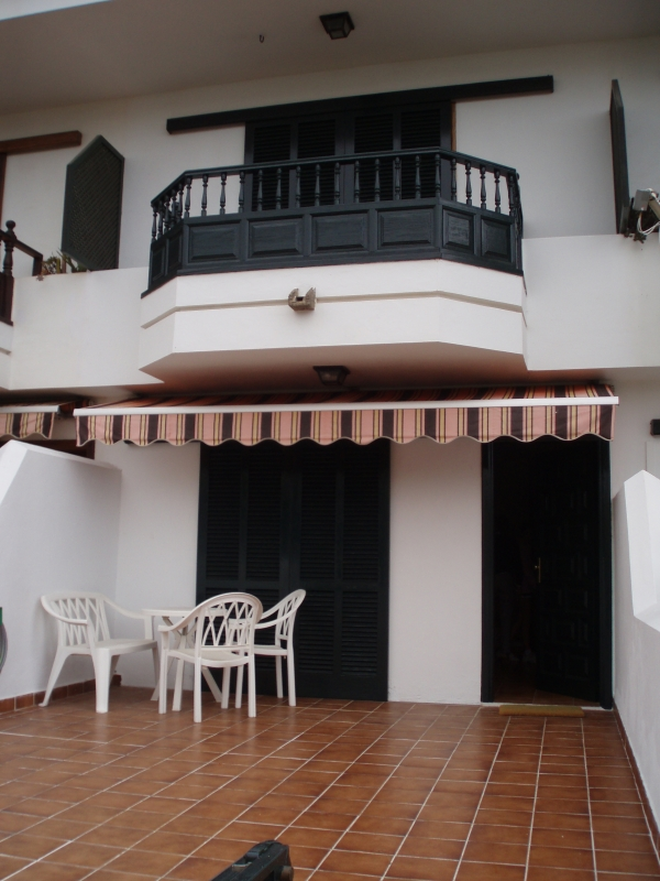 Sunny detached home in La Paz with 2 terraces.