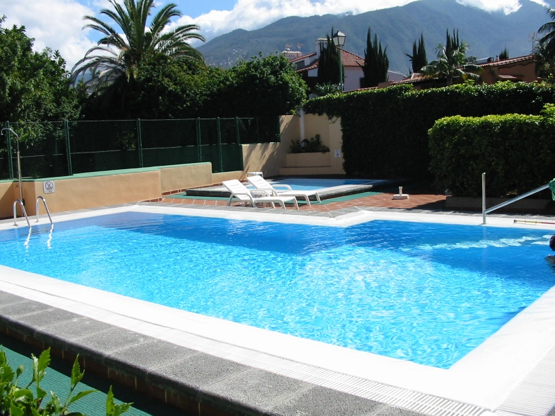 1 bedroom flat in nice condo with pool.
