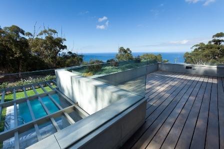 Moderna villa con jardin, piscina y vistas al mar.