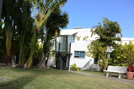 Amplio, moderno y soldeado chalet con piscina y jardín.