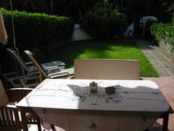 Parterre mit Terrasse und Garten.
