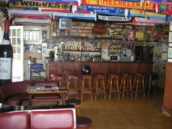 emblematic bar with customers, very profitable