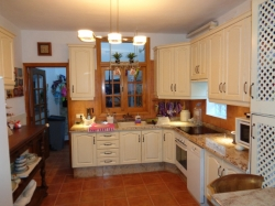 Corner house with 5 bedrooms and 4 bathrooms in sell....