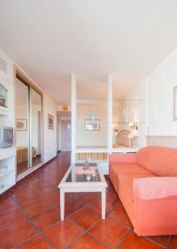 Para vivir en un complejo hotelero con piscina climatizada y bonita jardín.