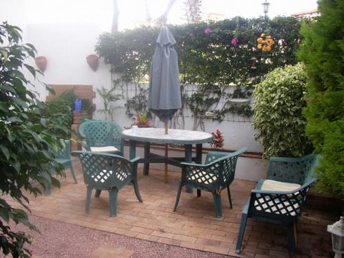 Piso con 3 dormitorios situado en zona tranquila y con jardín amplio, completamente amueblado.