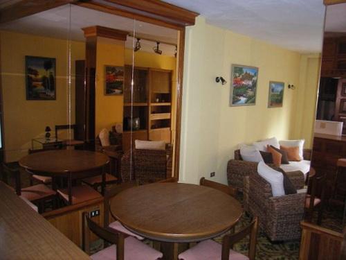 Apartamento céntrico con 2 dormitorios y un baño.