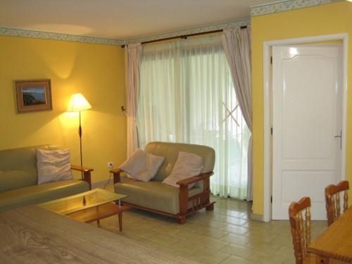 Komfortable helle Wohnung mit eigenem sonnigen Garten.