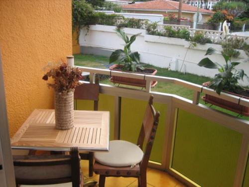 Precioso estudio en zona tranquila, soleado, bonitas vistas, bien amueblado y decorado.