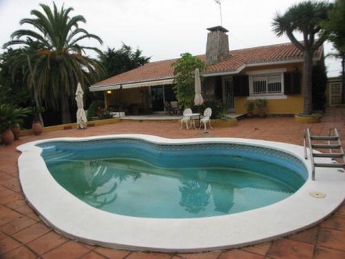 Chalet con piscina y jardín privado.