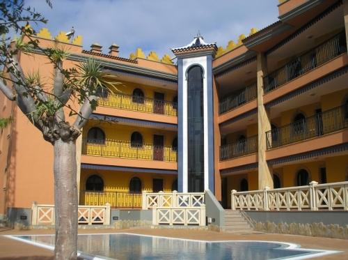 Spektakuläre Wohnung mit Grosser Privat Garten, Terrassen, Meerblick und Pool!