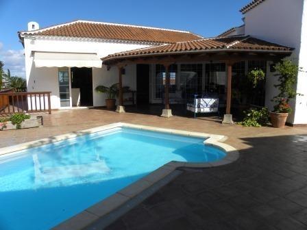 Sehr Gutes und Neugebautes Einfamilienhaus mit Pool, Terrassen und qualität!