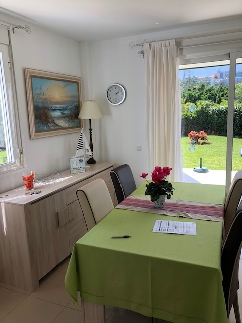 Atractivo apartamento con jardín privado. Piscina comunitaria