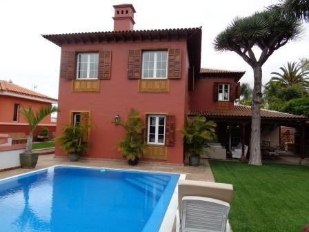 UNIQUE PROPERTY!! Large family home in residential area, near the center of La Orotava