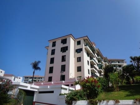Sunny 3 bedroom corner apartment with parking and panoramic views!